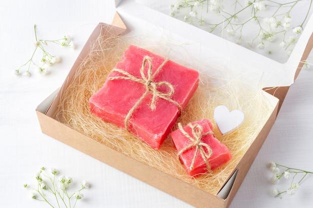 Ręcznie robione mydelniczki w kartonowym pudełku z sizalem i drewnianym sercem