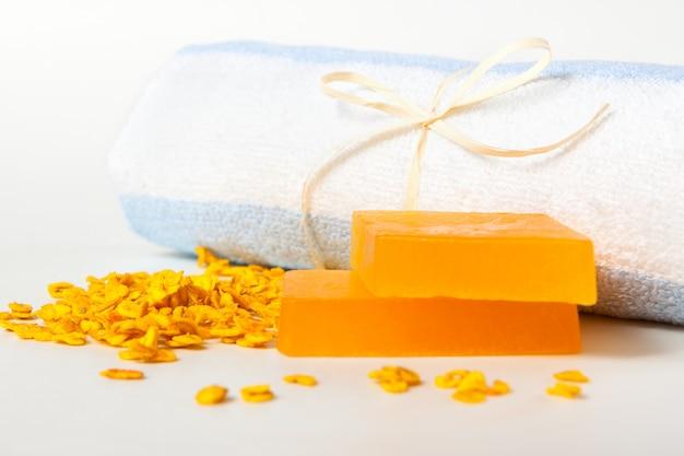 Ręcznie robione mydła owsiane, płatki i ręczniki do twarzy