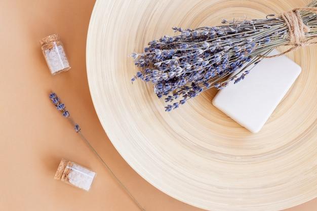 Ręcznie robione mydło lawendowe. kostka naturalnego mydła z suszonymi kwiatami lawendy i olejkiem eterycznym. kosmetyki organiczne do pielęgnacji skóry i spa.