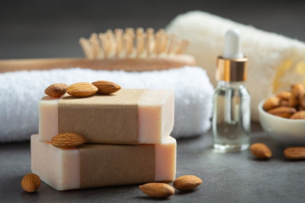 Ręcznie robione mydło migdałowe na ciemnym tle