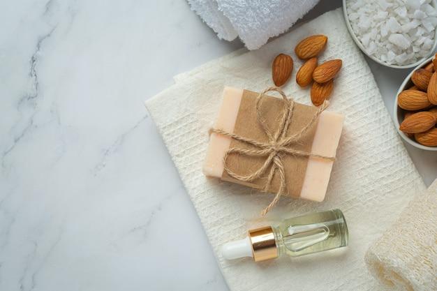 Ręcznie robione mydło migdałowe na marmurowym tle