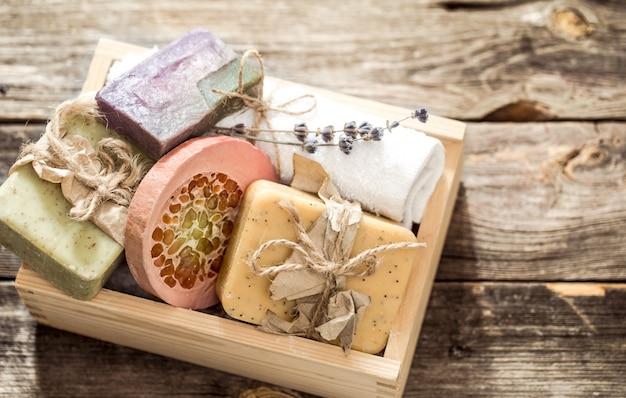 Ręcznie robione mydło na drewniane tła