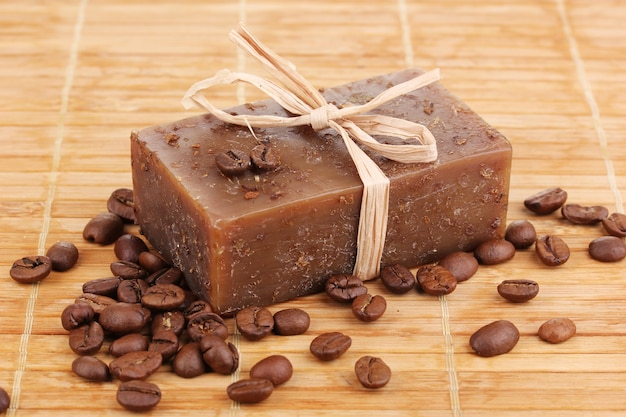 Ręcznie robione mydło na drewnianej macie