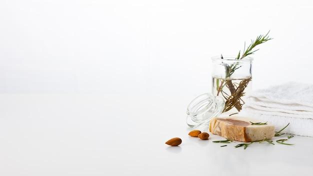Ręcznie robione mydło. pielęgnacja skóry z aromatem migdałów i rozmarynu. zabiegi spa i aromaterapia dla gładkiej i zdrowej skóry