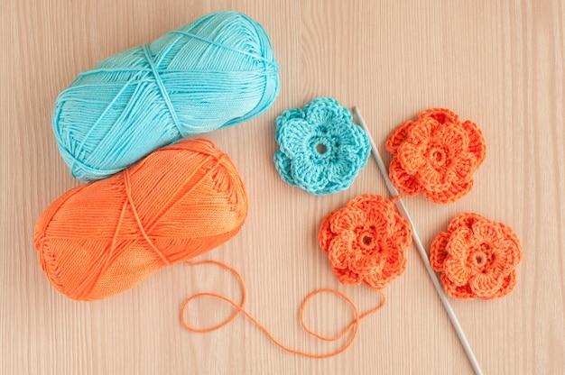 Ręcznie robione na drutach szydełkowe kwiaty