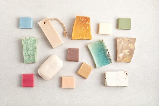 Ręcznie robione naturalne mydła w kostce. etyczny, zrównoważony styl życia zero waste. diy, hobby, pomysł na małą firmę rzemieślniczą. widok z góry, makieta