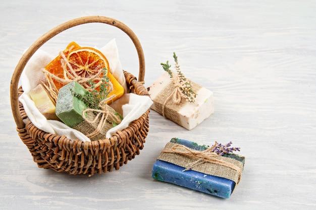 Ręcznie robione naturalne mydło i suchy szampon, ekologiczne spa, koncepcja pielęgnacji skóry. mały biznes, etyczny pomysł na zakupy