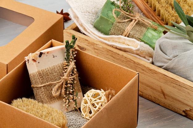 Ręcznie robione naturalne mydło organiczne, suchy szampon, spa, koncepcja upominku do pielęgnacji skóry. mały biznes, etyczny pomysł na zakupy. prezenty zapakowane w plastikowe pudełka na prezenty