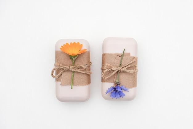 Ręcznie robione naturalne mydło ozdobione papierem rzemieślniczym i kwiatem nagietka