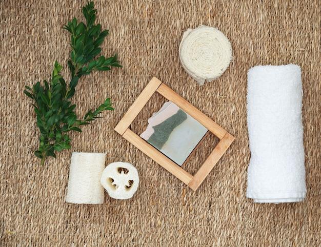 Ręcznie robione naturalne organiczne mydło z oliwą z oliwek. różne przedmioty higieny osobistej. zestaw akcesoriów do kąpieli i spa.
