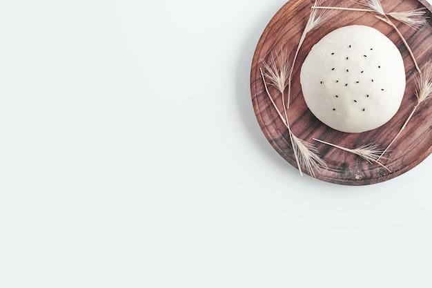 Ręcznie robione okrągłe ciasto na chleb.