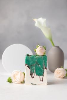 Ręcznie robione pachnące mydło z olejkami eterycznymi i ziołami