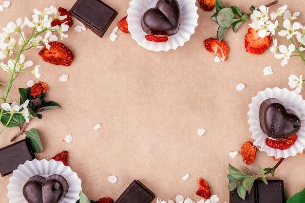 Ręcznie robione plastry czekolady i słodycze z suszonymi truskawkami