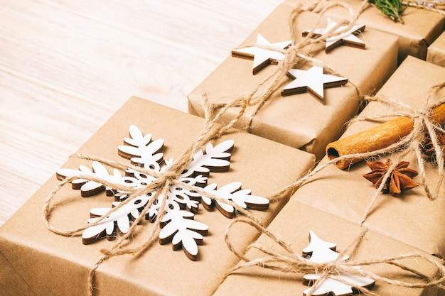 Ręcznie robione prezenty świąteczne lub rustykalny nowy rok prezentuje prezenty na drewnianym. stonowanych