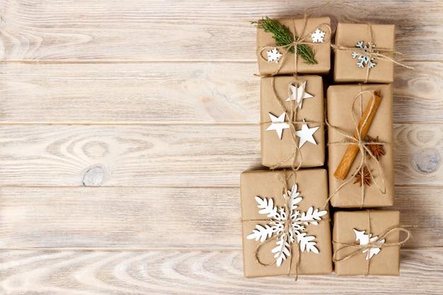 Ręcznie robione prezenty świąteczne lub rustykalny nowy rok prezentuje prezenty na drewnianym