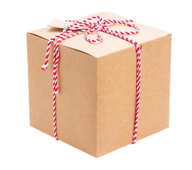 Ręcznie robione pudełko z papierową etykietą na białym tle