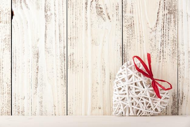 Ręcznie robione serce w stylu rustykalnym na drewnianym tle