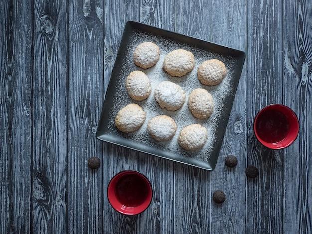 """Ręcznie robione słodycze ramadan podawane są z herbatą na stole. egipskie ciasteczka """"kahk el eid"""" - ciasteczka z islamskiej uczty el fitr. widok z góry"""