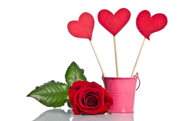 Ręcznie robione szaszłyki z serduszkami i piękną czerwoną różą na świętowanie