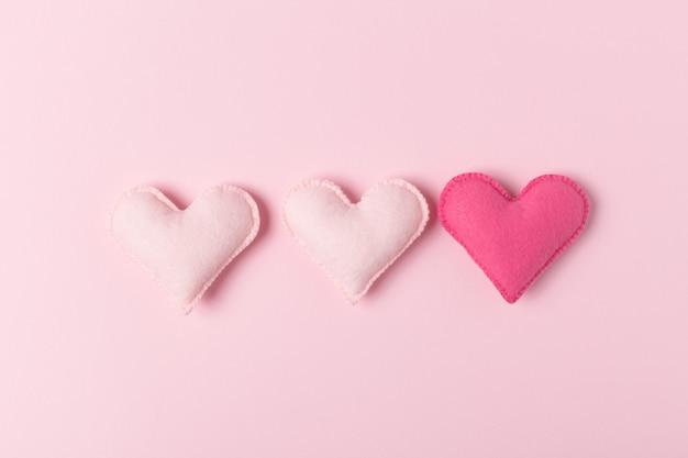 Ręcznie robione zabawki dla związku lub motywu trójki.