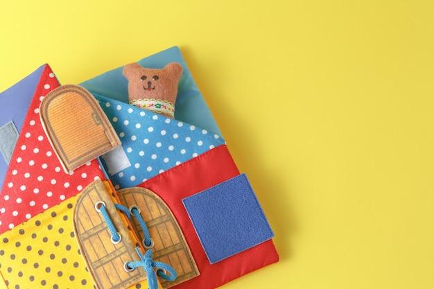 Ręcznie robione zabawki niedźwiedzie na żółtej powierzchni