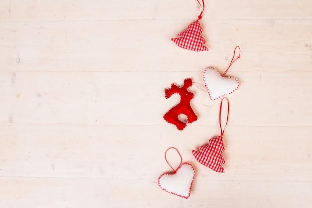 Ręcznie robione zabawki świąteczne. krok po kroku. czerwone i białe choinki. rękodzieło świąteczne dla dzieci. widok z góry. odosobniony. miejsce na tekst. filcowy łoś świąteczny