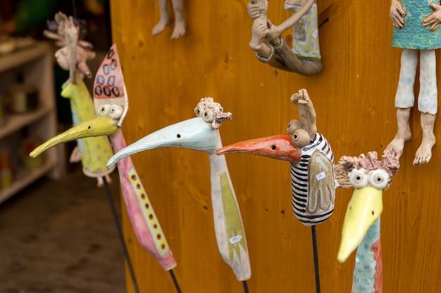 Ręcznie robione zabawki świąteczne na jarmark bożonarodzeniowy z bliska.