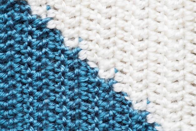Ręcznie robione zbliżenie prosty niebieski i biały wzór szydełkowy
