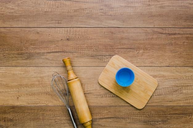 Ręcznie robiony chleb ze składnikami i naczyniami kuchennymi