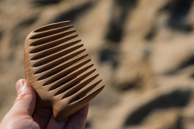 Ręcznie robiony drewniany grzebień do masażu skóry głowy i czesania włosów koncepcja pielęgnacji włosów