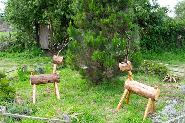 Ręcznie robiony drewniany renifer do dekoracji świątecznych