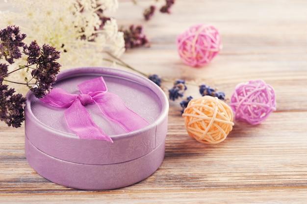 Ręcznie robiony fioletowy prezent z kokardą