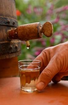 Ręcznie robiony likier z trzciny cukrowej w małej szklance napój typowy dla brazylii podobny do rumu