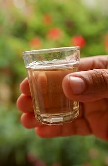 Ręcznie robiony likier z trzciny cukrowej w małej szklance typowy brazylijski napój podobny do rumu