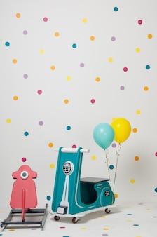 Ręcznie robiony motocykl zabawkowy dla dzieci z balonami na białym tle