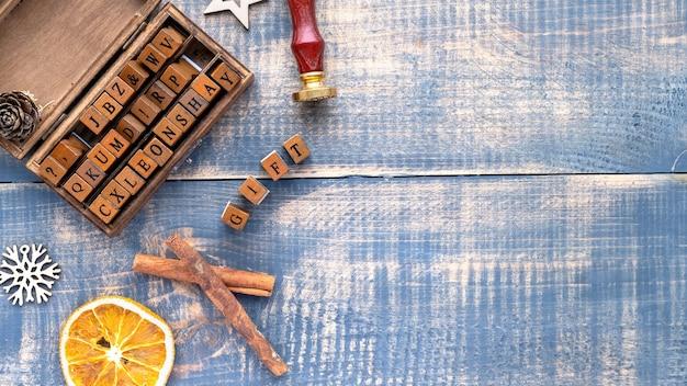 Ręcznie robiony prezent, drewniany komplet liter, skład materiałów i dekoracji. widok z góry