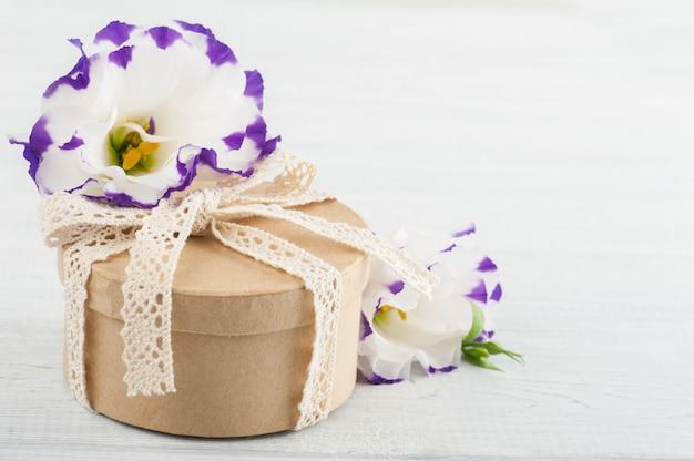 Ręcznie robiony prezent i kwiaty