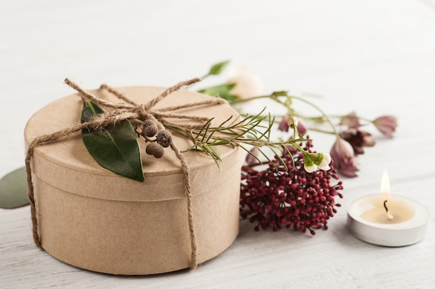 Ręcznie robiony prezent i zapalona świeca