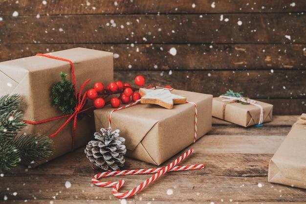 Ręcznie robiony prezent świąteczny na święta bożego narodzenia i nowy rok. pudełka na prezenty rustykalne.