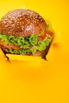 Ręcznie robiony smaczny burger wołowy z sałatą