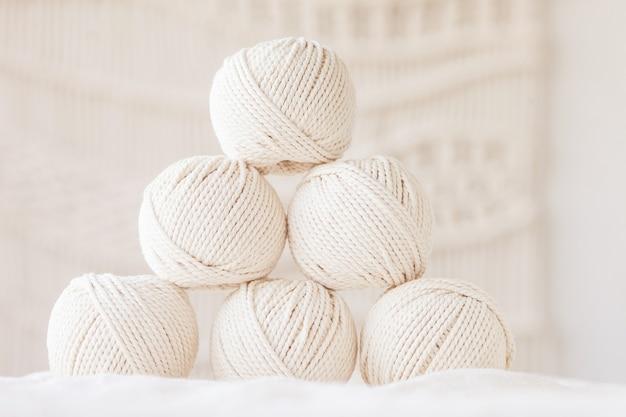 Ręcznie robiony splot makramy i bawełniane nici. obraz dobry dla banerów makramy i rękodzieła oraz reklam. skopiuj miejsce