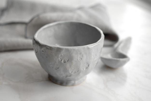 Ręcznie robiony talerz ceramiczny w kolorze szarym