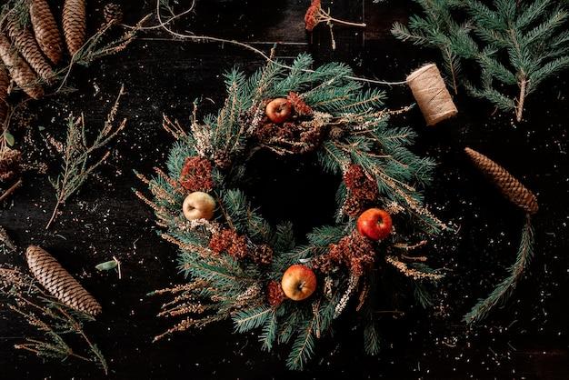 Ręcznie robiony wieniec świąteczny na stole