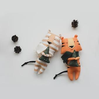 Ręcznie robiony zabawny mały tygrys zabawka symbol nowego na białym tle
