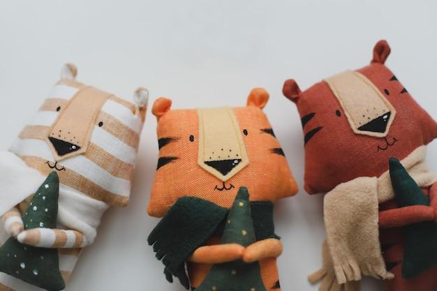 Ręcznie robiony zabawny mały tygrys zabawki symbol nowego na białym tle koncepcja nowego roku