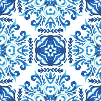 Ręcznie rysowane niebieski i biały dachówka bezszwowe ozdobne malowane akwarela wzór. inspirowane portugalskimi płytkami ceramicznymi. dachówka śródziemnomorska azulejo.
