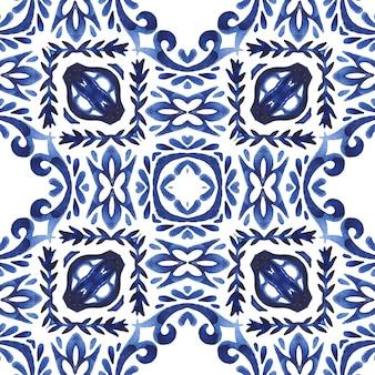 Ręcznie rysowane niebieski i biały dachówka bezszwowe ozdobne malowane akwarela wzór. inspirowane portugalskimi płytkami ceramicznymi.