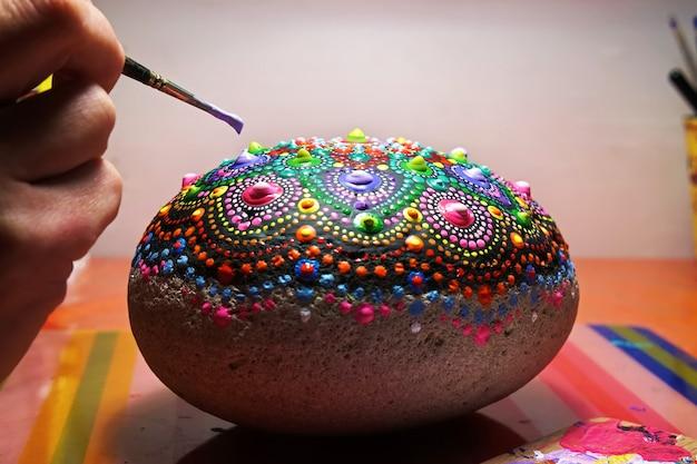 Ręcznie rysowanie pędzlem kropka mandali na kamieniu