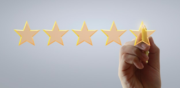 Ręcznie rysuj pięć gwiazdek. koncepcje oceny i przeglądu