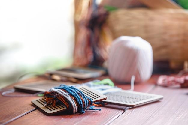 Ręcznie tkana bawełna to ludowa mądrość. urządzenie składa się z wahadłowca, krosna ręcznego, tkacza. delikatny wzór
